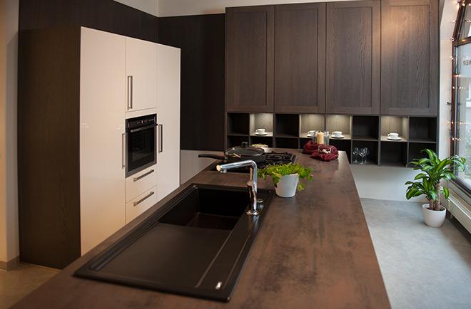 Ausstellungsküchen abverkauf  Hochglanzlack magnolie mit Eiche sepia - Ihr Küchenstudio in Bad ...